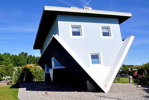 une maison l 39 envers en allemagne. Black Bedroom Furniture Sets. Home Design Ideas